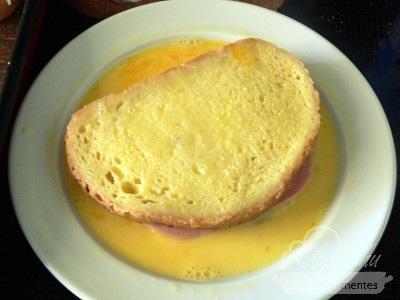 Töltött bundás kenyér a sütőből