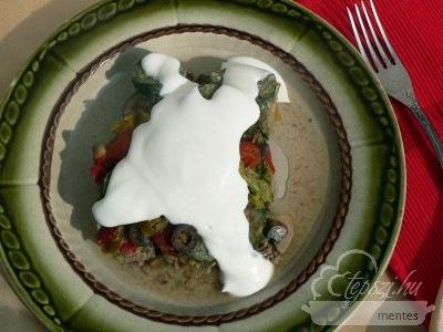 Zöldséges hús a tepsziből és a paleo tejföl