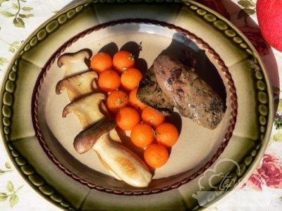Sült pulykamáj, párolt sütőtökkel és gombával